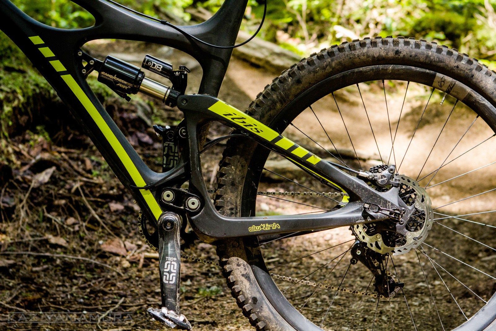 There are a couple of issues with the tight quarters of the HDR 650's configuration; challenging access to the Cane Creek DBair's adjustment knobs and no space for a bottle cage within reach. You can however mount one beneath the downtube if you are desperate.